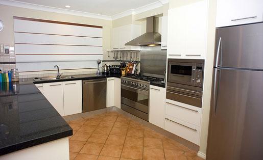 Urządzenia kuchenne: lodówka, kuchnia, zlewozmywak