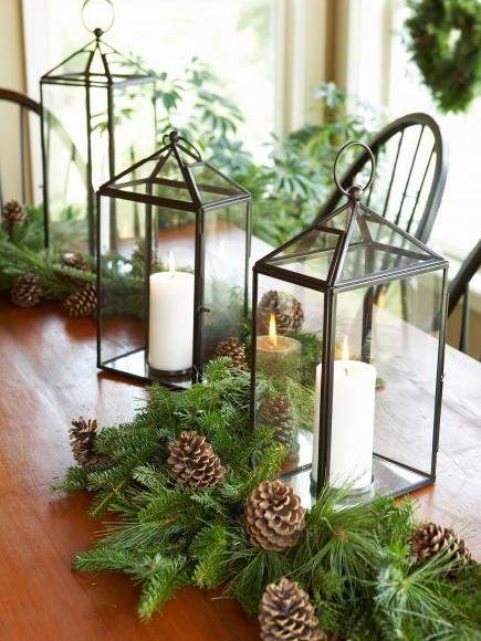 latarenki ze świecami na stole