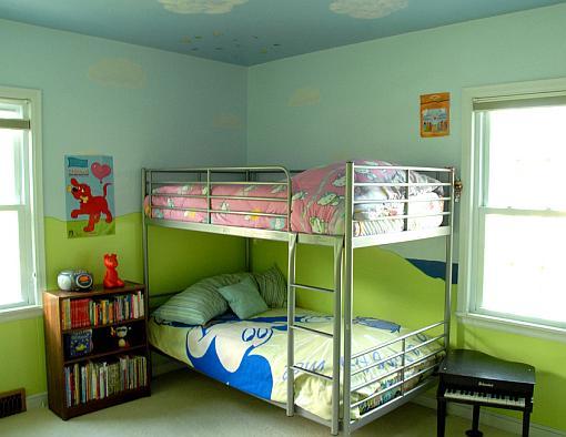 Dwupiętrowe łóżko w pokoju dziecięcym
